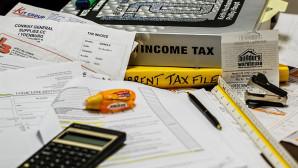 Χαρτιά και κομπιούτερ για τον υπολογισμό φόρου
