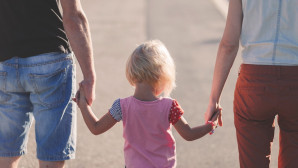 Παιδάκι κρατά από το χέρι τους γονείς του