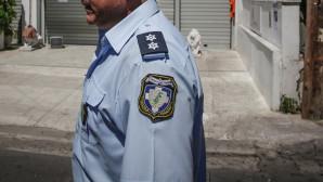 Αξιωματικός της ΕΛΑΣ έξω από γραφεία εταιρείας