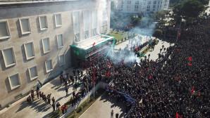 Διαδηλωτές έξω από το πρωθυπουργικό μέγαρο στην Αλβανία