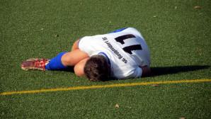 Νεαρός ποδοσφαιριστής πεσμένος στον αγωνιστικό χώρο