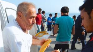 Ο φούρναρης της Κω την ώρα που μοιράζει ψωμί σε πρόσφυγες