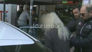 Η 50χρονη Χιλιανή έξω από τα δικαστήρια Πειραιά