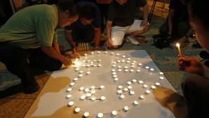 Εικόνα από εκδήλωση προς τιμήν των θυμάτων της πτήσης ΜΗ370