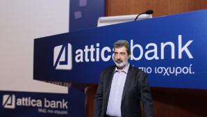 O Παύλος Πολάκης με φόντο το σήμα της Attica Bank