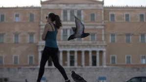 Γυναίκα περπατάει μπροστά από το Μνημείο του Αγνώστου Στρατιώτη