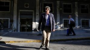 Ο Παύλος Πολάκης έξω από το υπουργείο Υγείας