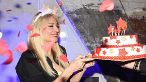 Φαίη Σκορδά: Πάρτι Γενεθλίων Με  Φίλους Και Τούρτα Υπερπαραγωγή