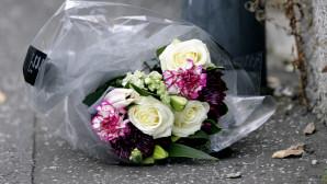 Λουλούδια στη μνήμη θυμάτων