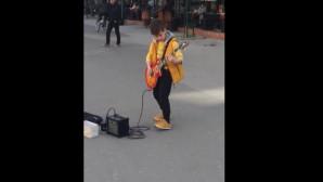 Πιτσιρικάς παίζει ηλεκτρική κιθάρα