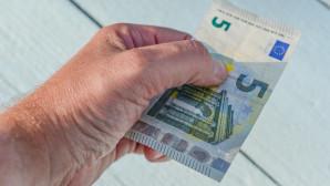 Χαρτονόμισμα των 5 ευρώ σε χέρι