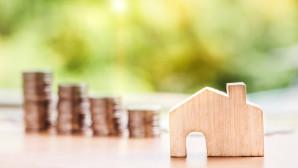 Κέρματα και ξύλινο σπιτάκι - Κόκκινα Δάνεια και Πρώτη Κατοικία
