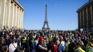 Διαδηλώσεις των Κίτρινων Γιλέκων με φόντο τον Πύργο του Άιφελ