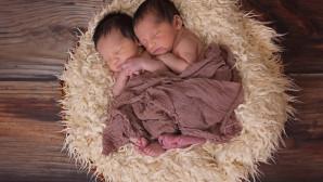 Δίδυμα μωράκια αγκαλιάζονται
