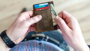 Άνδρας με πορτοφόλι