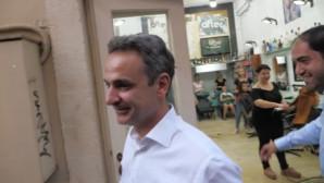 Μητσοτάκης έξω από κουρείο στην Κρήτη