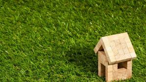 Ξύλινο σπίτι σε γρασίδι