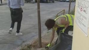 Υπάλληλος του δήμου Αθηναίων ξεχορταριάζει