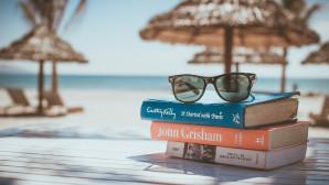 Βιβλία σε παραλία
