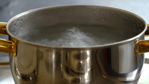 Κατσαρόλα με βραστό νερό