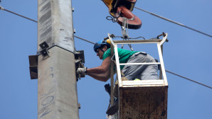 Εναερίτης της ΔΕΗ αποκαθιστά βλάβη σε κολώνα του Δικτύου Παροη είδηση