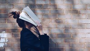 γυναίκα με βιβλίο στο πρόσωπο