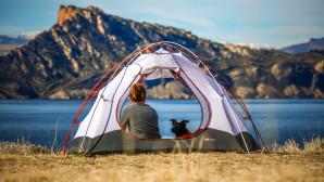 Κοπέλα κάνει camping