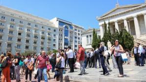 Κόσμος έξω από Ακαδημία Αθηνών