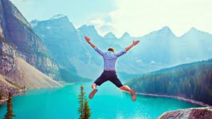 άνθρωπος πηδά στη θάλασσα
