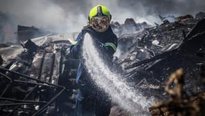 ελικόπτερο ρίχνει νερό για να σβήσει η φωτιά