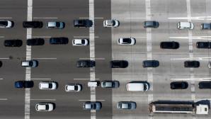 Αυτοκινητα σε λωριδες στην εθνικη οδο