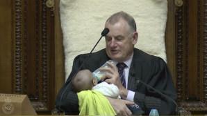 Ο Πρόεδρος Της Βουλής Σε Ρόλο Baby Sitter