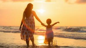 Μαμά και παιδί στην παραλία
