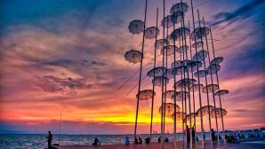 Θεσσαλονίκη: Οι Ομπρέλες Στη Νέα Παραλία Κατά Τη Δύση Του ΄Ήλιου