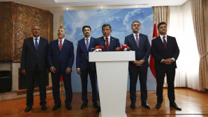 Ο Αχμέτ Νταβούτογλου και τα πέντε πρώην στελέχη του ΑΚΡ