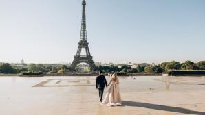 Νιόπαντρο ζευγάρι μπροστά από τον Πύργο του Άιφελ