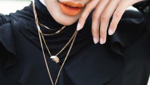κοπέλα με κοσμήματα