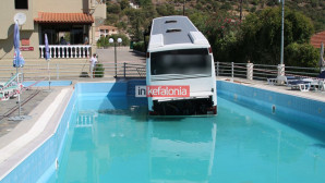 Το λεωφορείο μέσα στην πισίνα