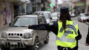 αστυνομικός σταματά για έλεγχο ένα ΙΧ