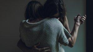 Γυναίκες που αγκαλιάζονται
