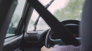 οδηγός αυτοκινήτου με ζώνη