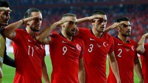 Τούρκοι ποδοσφαιριστές σε στρατιωτικό χαιρετισμό