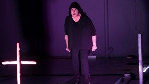 Η Λυδία Κονιόρδου στην παράσταση «Μέγας Ιεροεξεταστής & Δαιμονισμένοι»