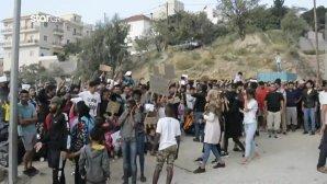 Πρόσφυγες και μετανάστες ξεχύνονται στους δρόμους της Σάμου