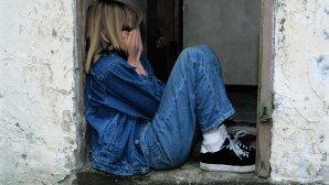 κορίτσι κλείνει τα μάτια του