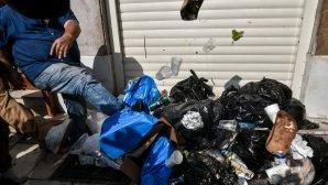 Σκουπίδια έξω από κάδους