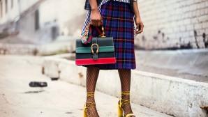 Κοπέλα με καρό φούστα