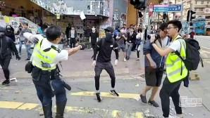 ο αστυνομικός πυροβολεί τον διαδηλωτή