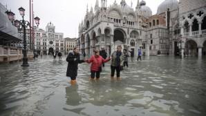 Πλημμυρισμένη η Βενετία- Το νερό φτάνει ως το γόνατο