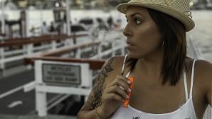 κοπέλα καπνίζει ηλεκτρονικό τσιγάρο